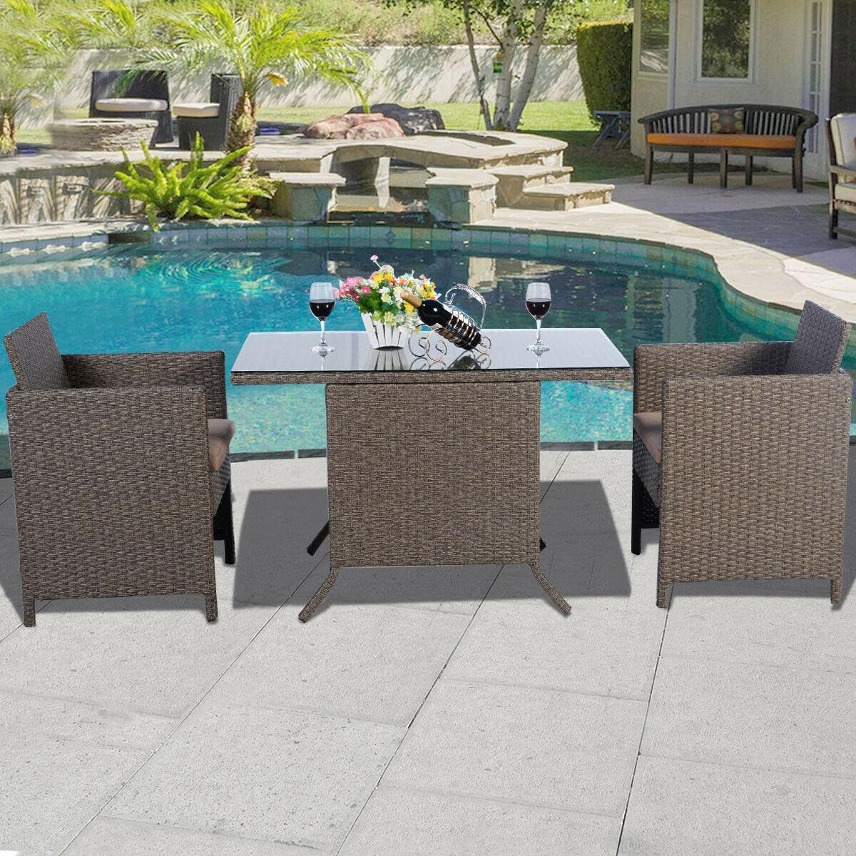 Costway Set mobile da giardino in rattan con cuscini 3pz Tavolo con piano in vetro 113x63x75cm e 2 sedie Marrone