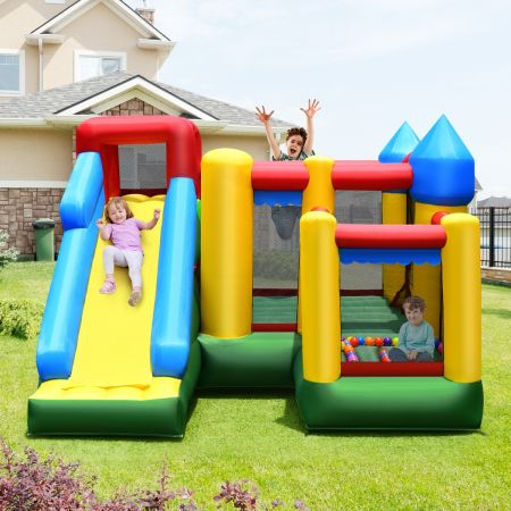 castello gonfiabile per bambini con scivolo e muro per arrampicarsi